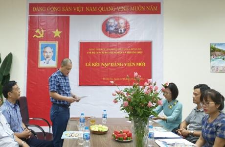 Chi bộ Tạp chí Doanh nghiệp và Thương hiệu tổ chức kết nạp Đảng cho hai quần chúng ưu tú