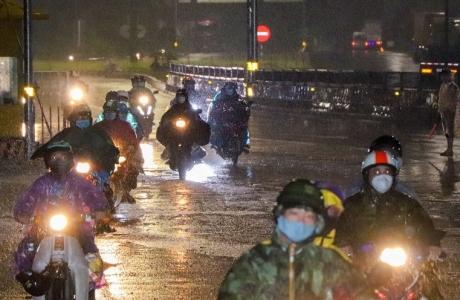Ban Chỉ đạo quốc gia phòng, chống thiên tai yêu cầu bảo đảm an toàn cho người dân đi qua khu vực bão, lũ